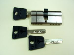 """Секретен патрон """"MUL-T-LOCK 7x7 BREAK SECURE""""Никел.С палец по ДИН.С 3 ключа.Различни размери."""